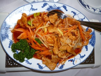 Gebackenes Hühnerbrustfilet mit Gemüse in roter Chilisoße