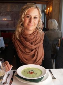 Stefanie Halbinger mit Bärlauchcreme mit Ingwer-Chili-Öl