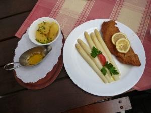 Frischer Spargel mit kleinem Wiener Schnitzel und Kartoffeln