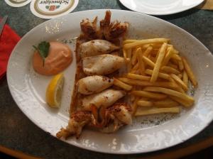 Fischplatte vom Grill mit Calamares, Pangasiusfilet und Riesengarnelen