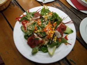Saltimbocca vom Seeteufelfilet in Salbei und Parmaschinken gebraten auf Spinatsalat in Zitronendressing mit gerösteten Mandeln, Artischocken und getrockneten Tomaten