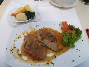 Saltimbocca belegt mit Parmaschinken, Salbei und Gemüse