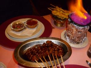 Cho Cho – Rindfleischspießchen in Sojasauce mariniert, zum selbst Zubereiten über dem Hibachifeuer