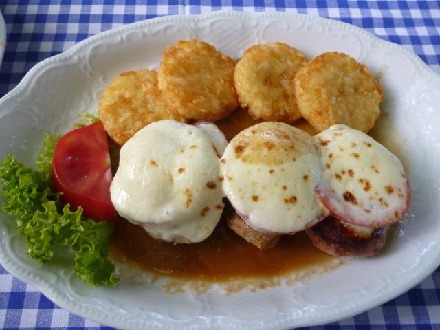 Schweinefilet mit Tomaten und Mozzarella überbacken, Kartoffelrösti und gemischtem Salat