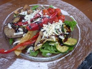 Antipastiteller mit Rucola, Zucchini, Auberginen Paprika, Pilzen und Parmesanspänen