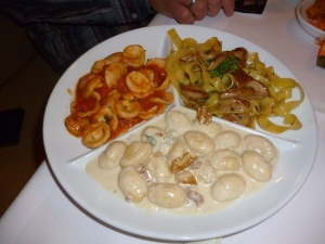 Tris Caruso mit verschiedener Pasta nach Art des Hauses
