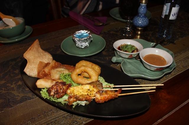 Gemischter Vorspeisenteller Thad Thad Tong mit Hühnchen,- Rind - und Scampispießen, Tintenfischringen, gebackenen Hühnerflügel, Wan Tan, Frühlingsrollen und Krabbenbrot.