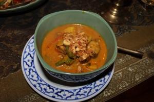Gaeng Massaman Ped – Entenbrust mit einer speziellen Currymischung, Paprika, Zwiebeln, Kartoffeln, Erdnüssen und Kokosmilch
