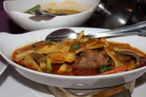 Gäng Kua Saparot Guang – Hirschlende als thailändisches Spezialcurry mit Bambus und Ananas