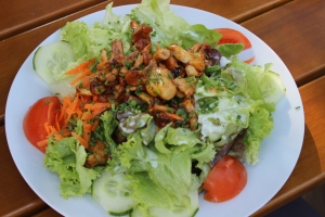 Salatteller mit gebratenen Pfifferlingen