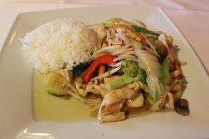 Hühnerfleisch gebraten mit frischem Gemüse
