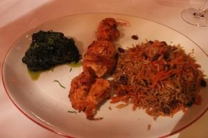 Kababe Morgh ba Quabeli Palau, Hähnchenbrust pikant mariniert, gegrillt, mit braun gebackenem Basmati Reis, Mandeln, Pistazien, Karottenstreifen, Rosinen, dazu Spinat nach afghanischer Art